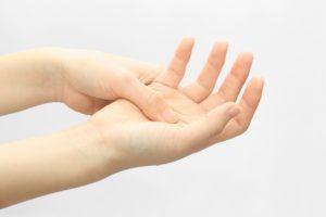 手首や指の関節が痛む